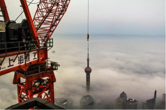 就佩服中国基建!塔吊高达600米,施工难度非同小可,却轻松搞定
